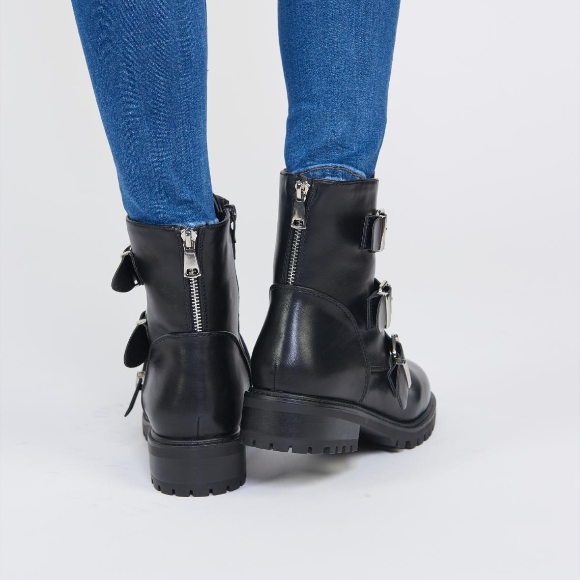 bottines motardes femmes et manteau noir