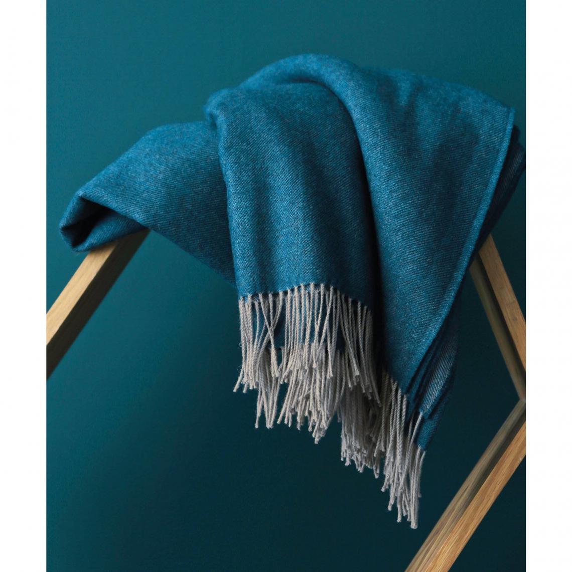 plaid uni laine vierge m rinos katmandou blanc des vosges bleu canard 3 suisses. Black Bedroom Furniture Sets. Home Design Ideas